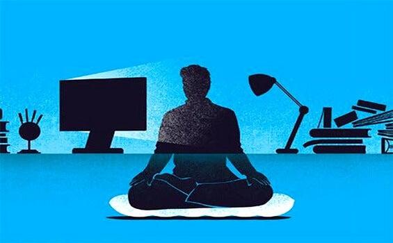 hombre que practica el mindfulness en el trabajo