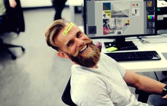 chico con barba demostrando su sentido del humor