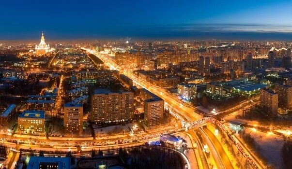 ciudad iluminada que causa insomnio tecnológico