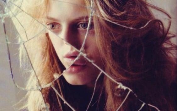 rostro femenino fragmentado representando las películas de miedo que creas en tu mente