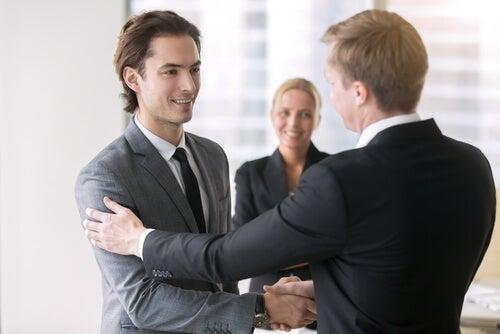 Jefe reconociendo la dedicación de su empleado