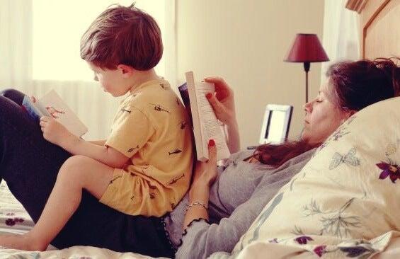 niño con su madre que representa a los hijos de padres con personalidad paranoide