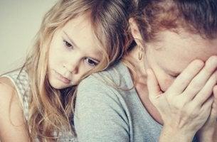 niña que representa a los Hijos de padres con personalidad paranoide