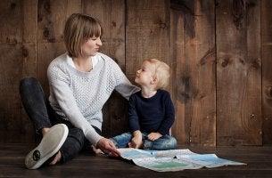 HAcer que tu hijo te escuche, madre enseñando a su hijo