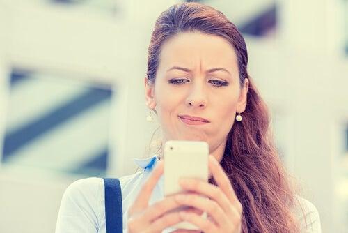 Madre leyendo los mensajes de los grupos de Whatsapp de padres