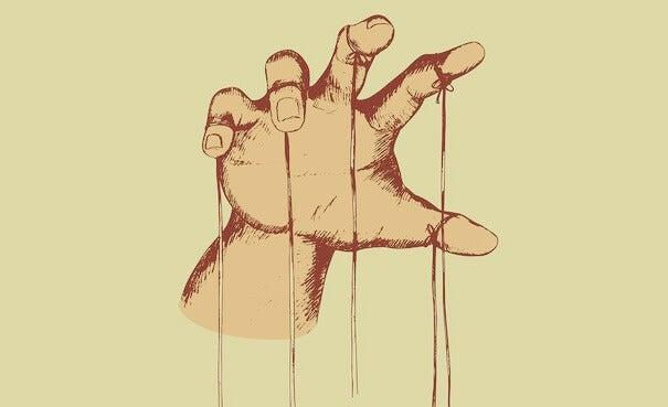 mano con hilos representando la representando las estrategias de manipulación masiva