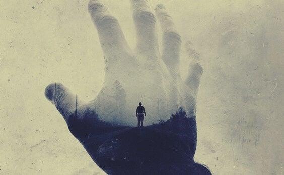 mano con imagen masculina superpuesta representando escuchamos lo que queremos oír
