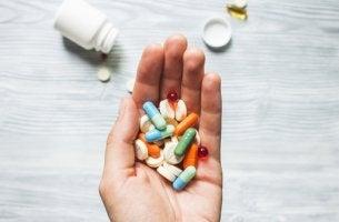 Mano con pastillas para representar a la psicofarmacología