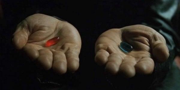 Manos con dos pastillas