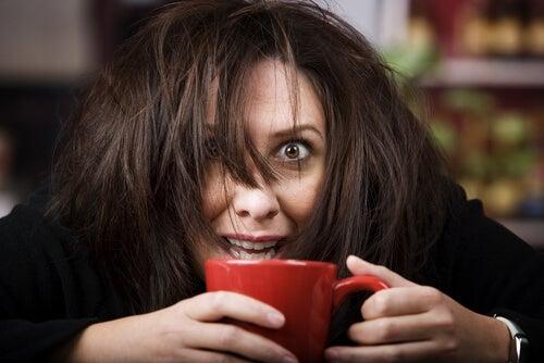 Mujer adicta al café