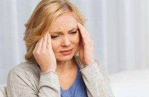 Mujer agotada por el síndrome del cuidador