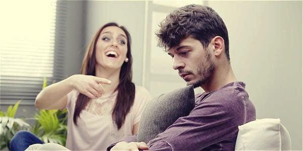 mujer burlándose representando un tipo de maltrato de pareja