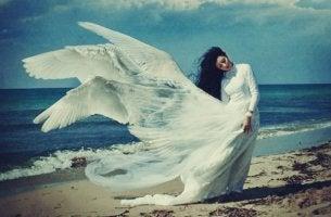 mujer con alas en el vestido teniendo experiencias visionarias
