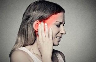 mujer que sufre Neuralgia del trigémino