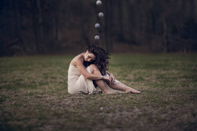 Chica con esferas que sufre nivel elevado de ansiedad y norepinefrina