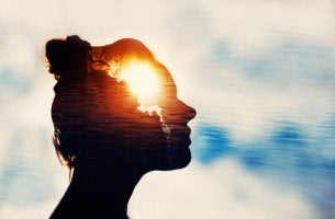 Mujer con luz en la mente