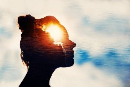Mujer con luz en la mente para representar el concepto de insight