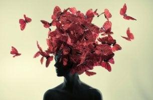mujer con mariposas en la cabeza que aprende a pensar bien