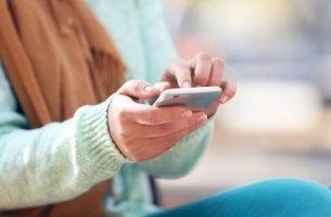 Mujer leyendo los mensajes del whatsapp