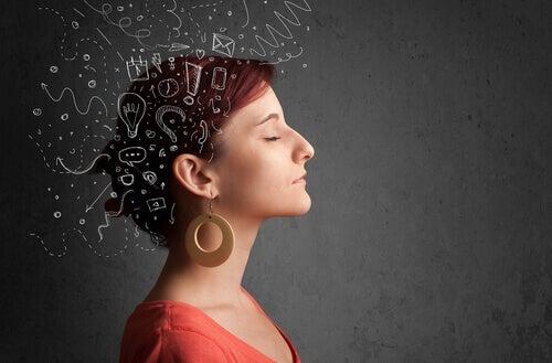 Mujer con muchos pensamientos