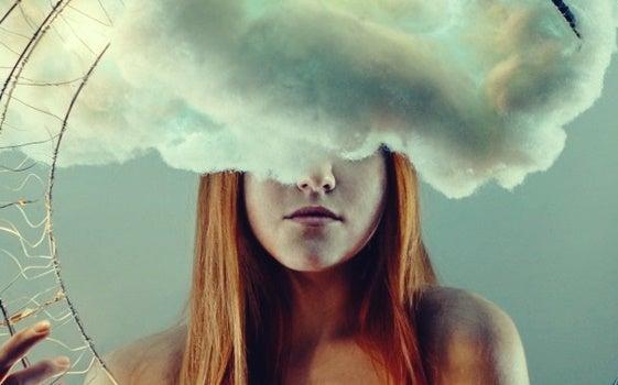 mujer con nube en la cabeza que sufre ensoñación excesiva