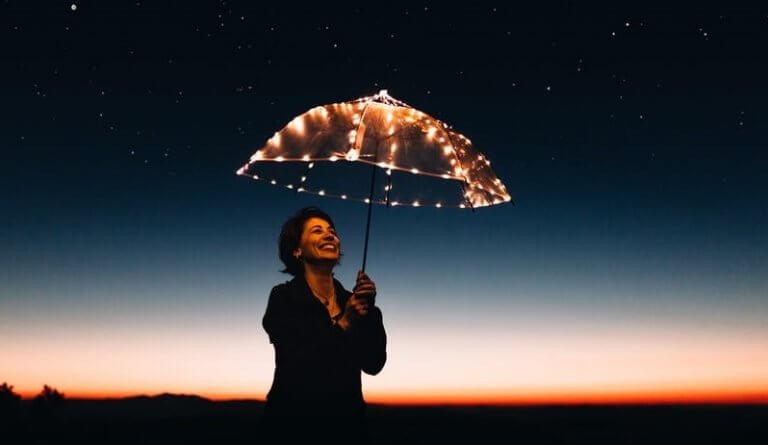 Mujer con paraguas luminoso