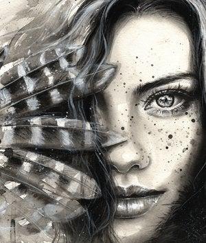 Mujer con plumas que le tapan el rostro