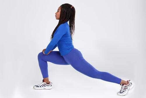 Mujer haciendo estocada de yoga