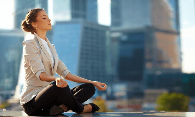 chica que practica el mindfulness en el trabajo