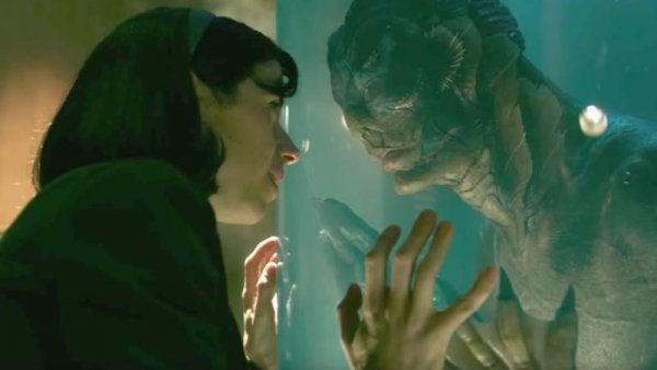 Mujer mirando a un hombre anfibio
