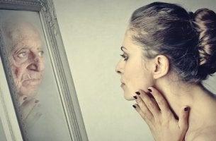 mujer mirándose a espejo porque sufre el síndrome de Dorian Gray