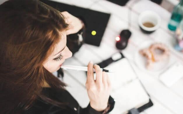 Mujer pensando mientras trabaja