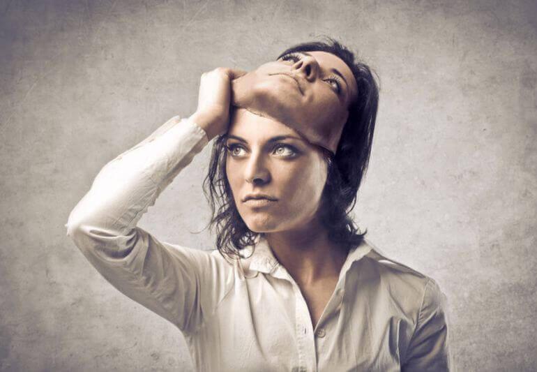 Mujer quitándose máscara