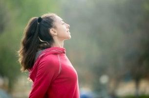 Mujer respirando pensando en la importancia de la inteligencia emocional en el deporte