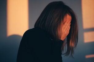 Mujer sintiéndose culpable por todo