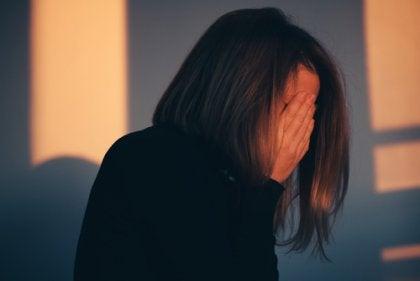 Mujer preocupada por la relación entre enfermedad y culpa