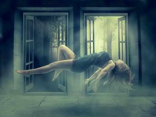 Mujer suspendida en el aire