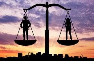 Mujer y hombre en una balanza