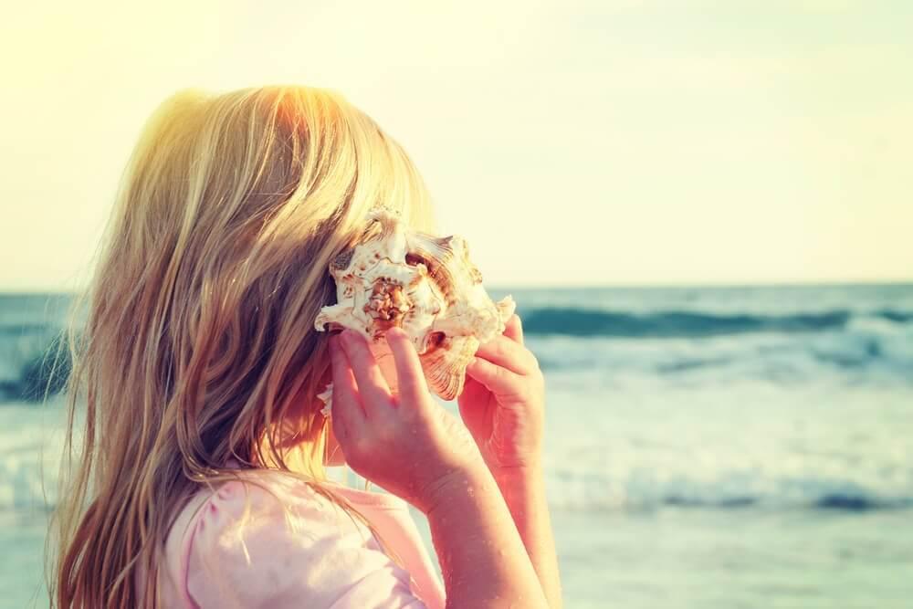 niña con caracola representando que escuchamos lo que queremos oír