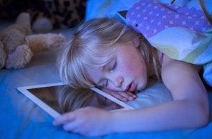 niña que sufre insomnio tecnológico