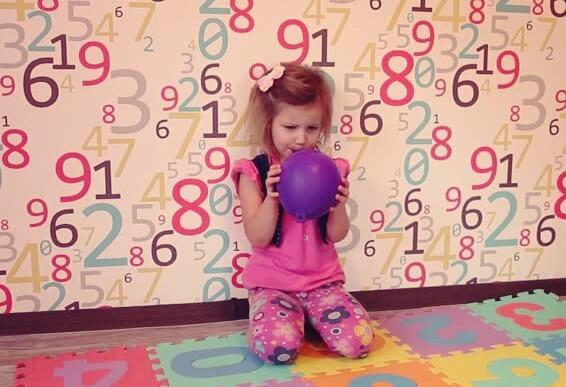 niña llevando a cabo la técnica del globo para niños