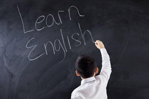 Niño escribiendo en inglés