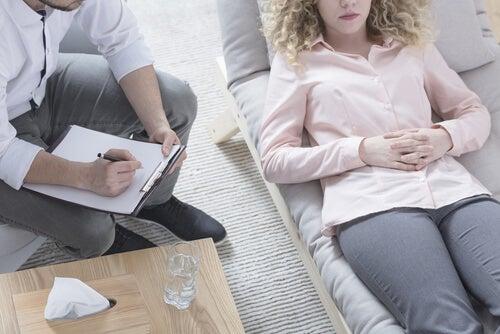 Paciente y terapeuta haciendo hipnosis clínica
