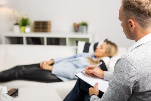 Paciente y terapeuta haciendo hipnosis