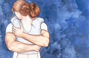 Pareja abrazándose para romper corazas