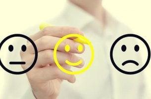 persona dibujando cara sonriente simbolizando el feedback