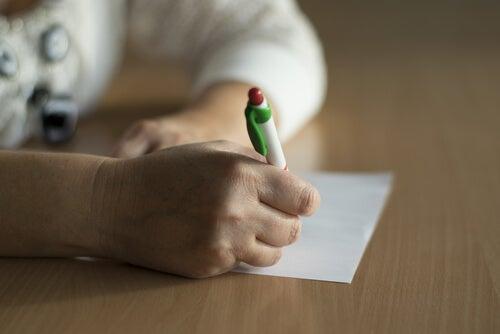 Persona firmando el consentimiento informado