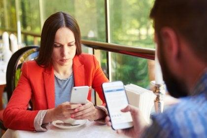 Personas adictas al móvil