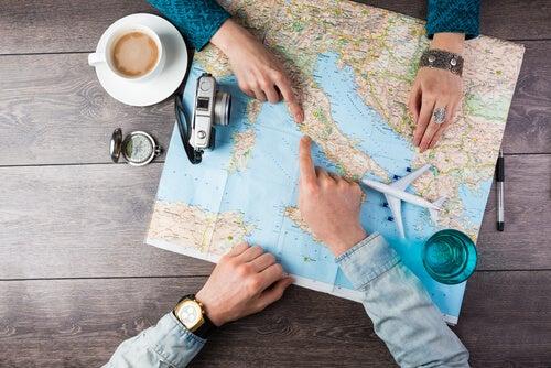 Personas con un mapa