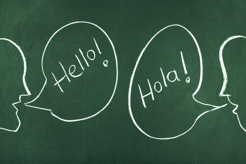 Personas hablando idiomas diferentes